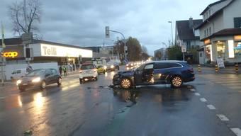 Auf einer Kreuzung mit Lichtsignalanlage prallten gestern Nachmittag zwei Autos zusammen.