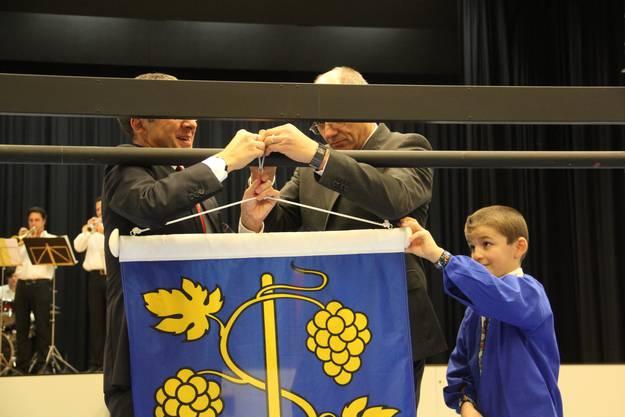 Urs Hofmann und Gemeindeammann Urs Leuthard befestigen die Fahne