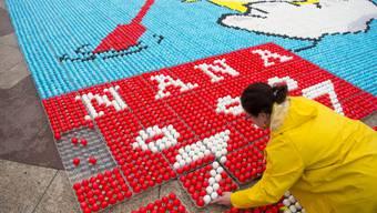 Ein Küken aus Tausenden von Eiern: Freiwillige haben in Lausanne aus gefärbten Eiern ein Mosaik gelegt.