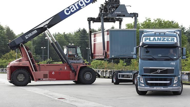 Das Güterverkehrsunternehmen SBB Cargo und vier private Strassentransportunternehmen - darunter Planzer - gehen eine Kooperation ein. (Themenbild)