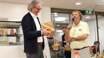 Zentrumsleiter Heinz Stucki überreicht Architekt Norbert Walker die alte Zimmernummer 007. Dieter Deiss
