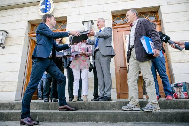Unterschriften für Volksinitiativen werden jeweils vor dem Grossratsgebäude übergeben.