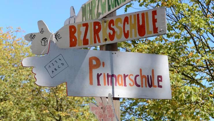 Bald müssen die Wegweiser auf dem Pausenplatz in Kölliken neu gerichtet und beschriftet werden.