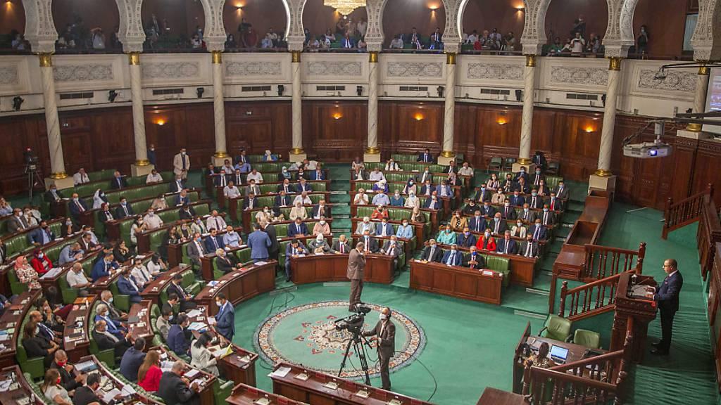 Der designierte tunesische Premierminister Hichem Mechichi (r) hält seine Rede im Parlament vor einer Vertrauensabstimmung. Foto: Riadh Dridi/AP/dpa