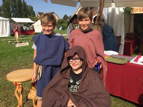 Andrej, Alexej und Aaron haben sich in römische Gewänder gehüllt.