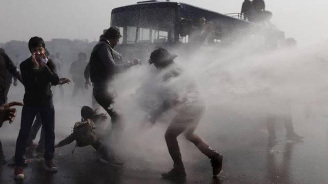 Die Polizei in Neu Delhi setzt Wasserwerfer gegen die Protestierenden ein