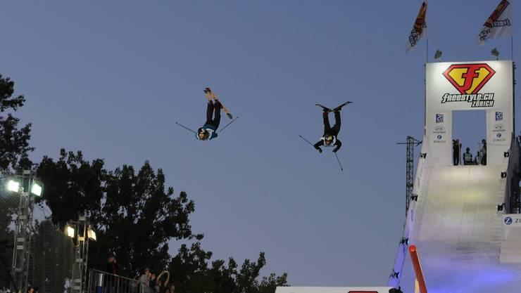 Die Schweden Oscar Wester (l.) und Jesper Tjäder mit einem Synchron-Sprung während der Crossover Session am Freestyle.ch.