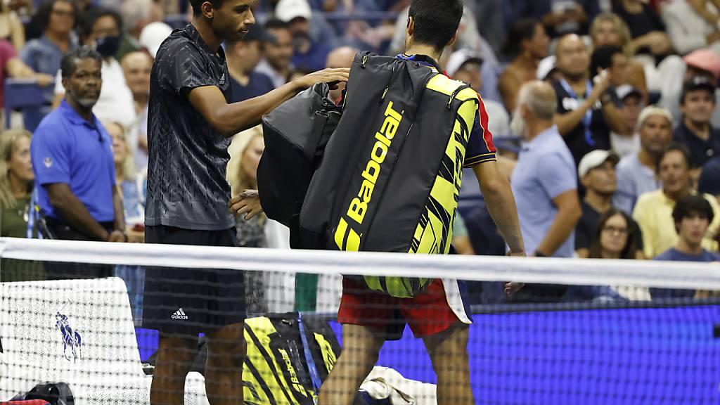 Félix Auger-Aliassime profitierte von der Aufgabe von Carlos Alcaraz und erreichte seinen ersten Grand-Slam-Halbfinal