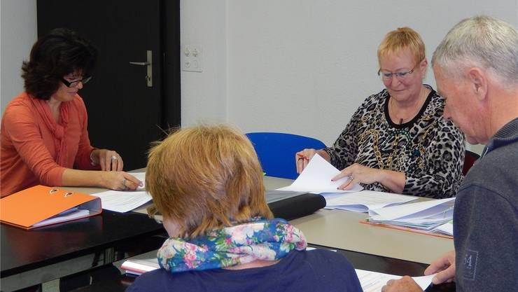 Beratung von Margreth Lischer und Georges Mathez (vorne) durch die Beraterin Elisabeth Georg (rechts) und die auszubildende Beraterin Maya Emch (links).