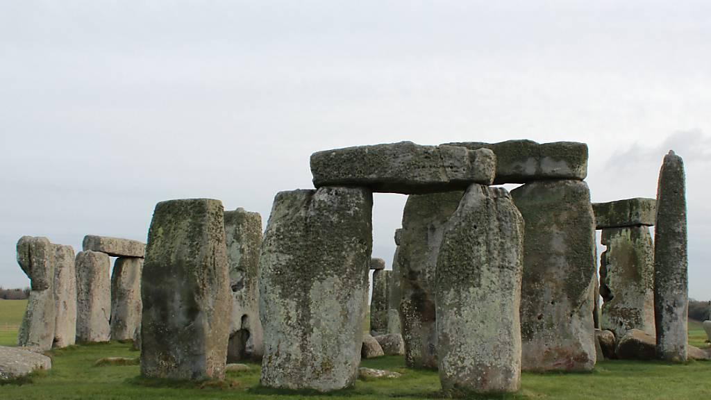 ARCHIV - Die Kultstätte Stonehenge. Foto: Charlotte Zink/dpa