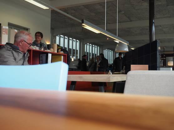 Die auf dem Gelände der Pflästerli-Fabrik ansässigen Betriebe stellen sich vor.Die Möbel-Ausstellung im Obergeschoss lockte die Besucher an.