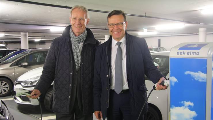 Niklaus Studer, VR-Präsident der Parking AG, und AEK-Direktor Walter Wirth freuen sich über die neue Tankanlage.