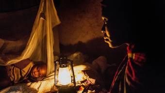 Eine Mutter mit ihrer Tochter in der Demokratischen Republik Kongo. Beide waren an Malaria erkrankt.