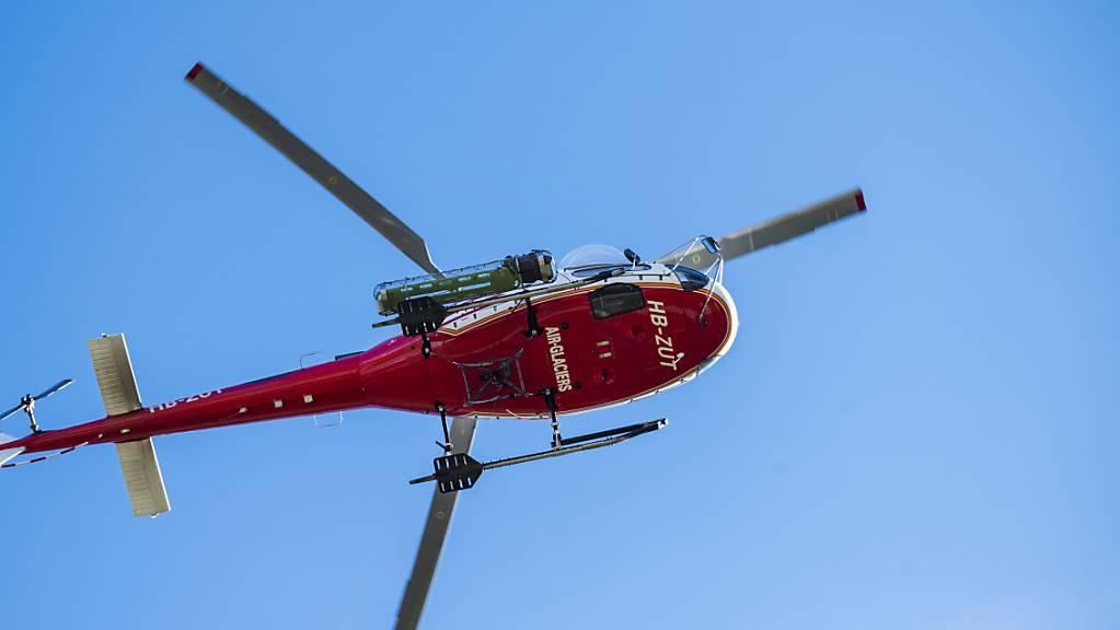 Ein Rettungshelikopter flog den lebensbedrohlich verletzten Töfffahrer ins Spital. (Symbolbild)