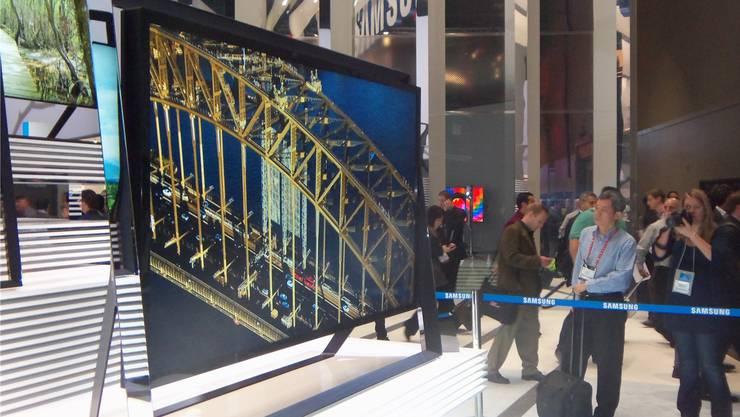 Über zwei Meter misst der Samsung-Fernseher in der Diagonale.