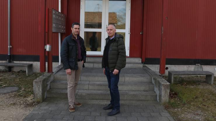 Gemeindeschreiber Marius Fricker (l.) und ORS-Sprecher Lutz Hahn stehen vor der Individualunterkunft, die seit fast 20 Jahren betrieben wird.