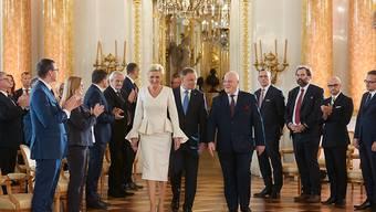 Andrzej Duda (M,r), Präsident von Polen, und seine Frau Agata Kornhauser-Duda (M,l), im Königlichen Schloss bei der Übergabezeremonie nach der Präsidentenwahl. Foto: Hubert Mathis/ZUMA Wire/dpa