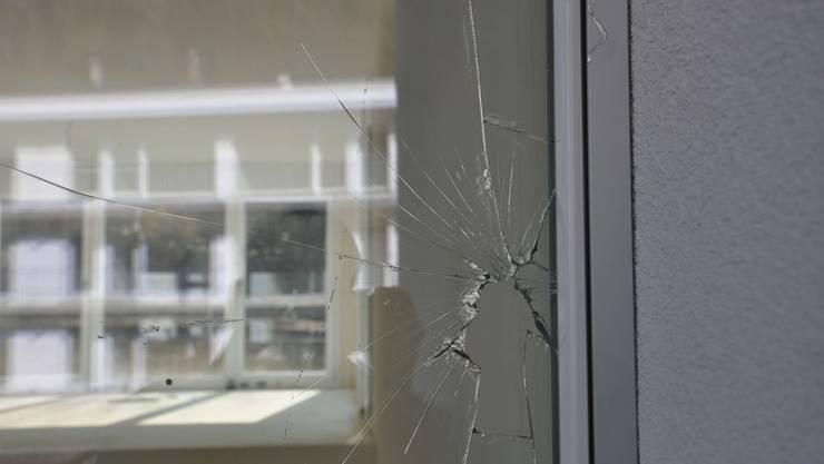 Drei Fenster wurden insgesamt beschädigt.