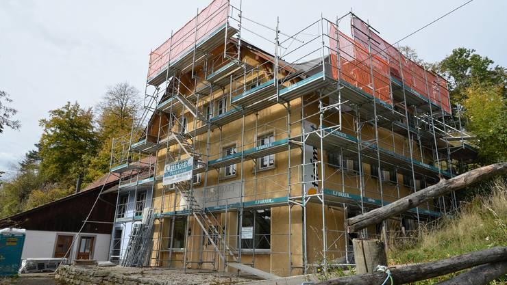 Die «Tiefmatt» ist derzeit vollständig eingerüstet. Dach und Fassade müssen saniert und instandgestellt werden.