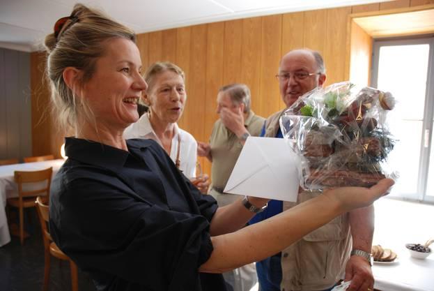 Zur Eröffnung bekam Laura Peter vom ehemaligen Wirt Fredy Speck (grünes T-Shirt) – natürlich – Speck geschenkt.