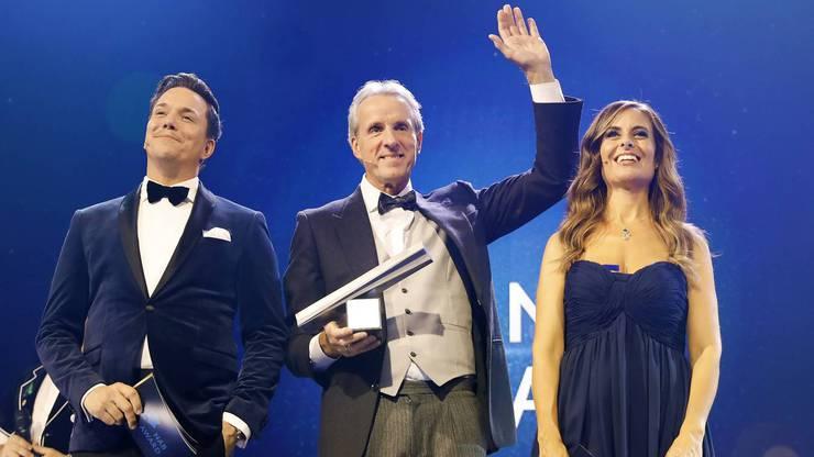 NAB Award 2017: Sieger Markus Wopmann (Mitte) bejubelt seinen Sieg zwischen den Moderatoren Sven Epiney und Sandra Studer.