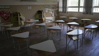 Ein leeres Klassenzimmer in einer Grundschule in Tel Aviv - in Israel müssen immer mehr Schulen wegen eines Neuanstiegs von Corona-Infektionen wieder schliessen.