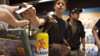 Viele Verkaufsstellen verlangen von Jugendlichen zwar den Ausweis, wenn diese Alkohol oder Tabak kaufen wollen – beachten ihn aber nicht.Key