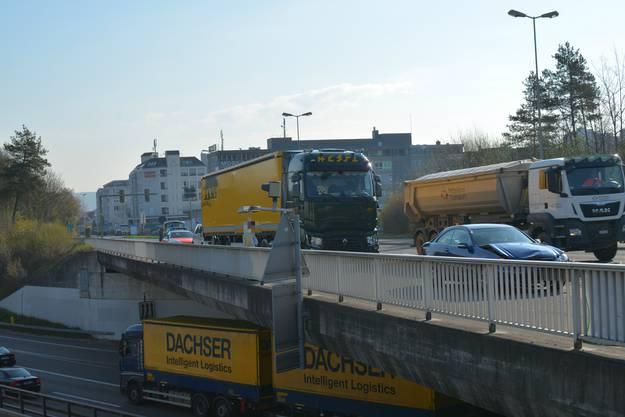 Schon kurze Zeit später wurden die Unfallfahrzeuge dann aber auf die andere Seite der Strasse verfrachtet.