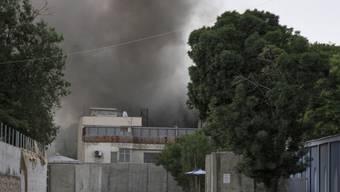 Rauchwolke über IOM-Gebäude in Kabul