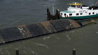 """Das gekenterte Frachtschiff """"Merlin"""" liegt gesichert im Rhein"""