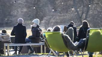 Trotz Corona gut besucht: Ein Open-Air-Restaurant in der schwedischen Hauptstadt Stockholm.