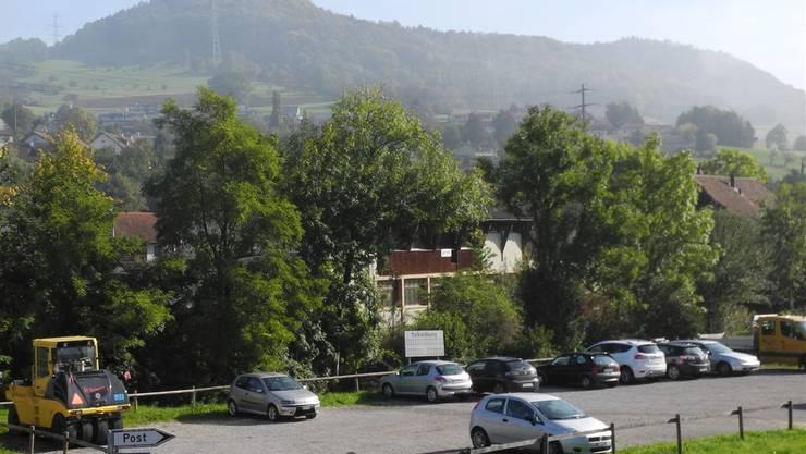 Wo jetzt Autos parkieren, soll bald eine Überbauung entstehen.
