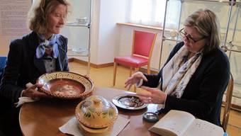 Mit kritischem Blick beurteilte Beatrice Stettler (r.) die von einer Besucherin mitgebrachten Stücke.