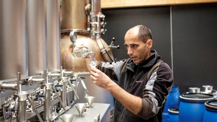 Brenner Hansjörg Moser testet das Williams-Destillat: «Dafür braucht es Erfahrung und einen guten Riecher.»