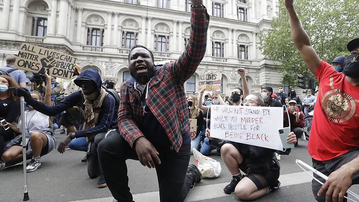 Demonstranten in diversen europäischen Städten sind auch am Mittwoch auf die Strasse gegangen, um für eine Ende der Polizeigewalt einzustehen.