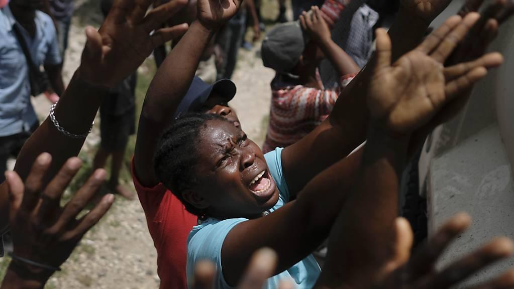 dpatopbilder - Nach dem schweren Erdbeben in Haiti ist die Zahl der Todesopfer auf 2207 gestiegen. 344 weitere Menschen werden zudem noch immer vermisst. Foto: Matias Delacroix/AP/dpa