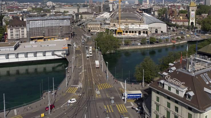 Der Mann wurde auf der Höhe der Bahnhofbrücke entdeckt. (Archiv)
