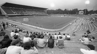 Trübe Zeiten: Am 3.August 1988 verliert sich eine Handvoll Zuschauer zum Nationalliga-B-Spiel des FC Basel gegen den FC Chur im Basler Joggeli .