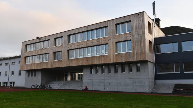 Dank des Zwischenbaus aus Holz können ab dem Jahr 2021 in Itingen alle Klassen doppelt geführt werden.