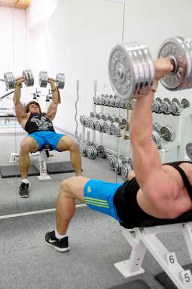 Viel Zeit verbringt er im Fitnessstudio.