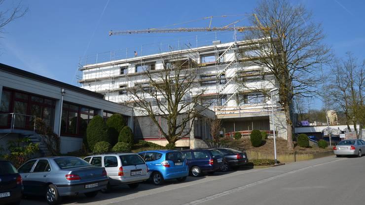Die zweite Etappe mit der Vergrösserung des bestehenden Bauvolumens im Eingangsbereich dürfte im Sommer fertig sein. ES