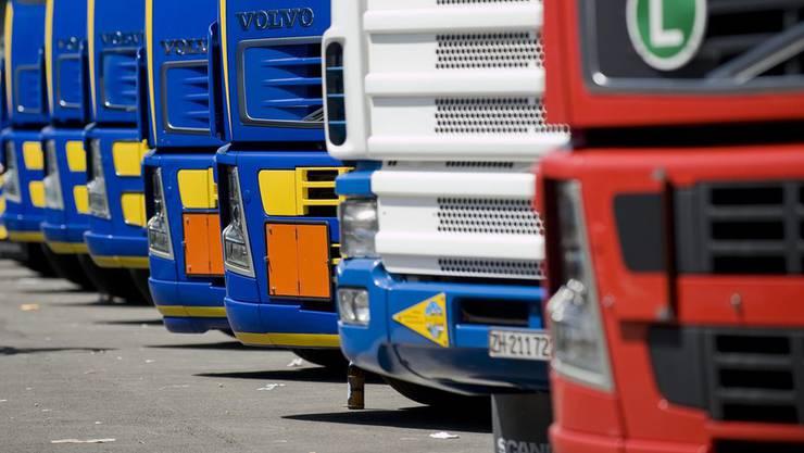 Unbekannte haben zwei Lastwagen auf einem Gewerbeparkplatz angezündet. Die Polizei sucht nun Zeugen. (Symbolbild)