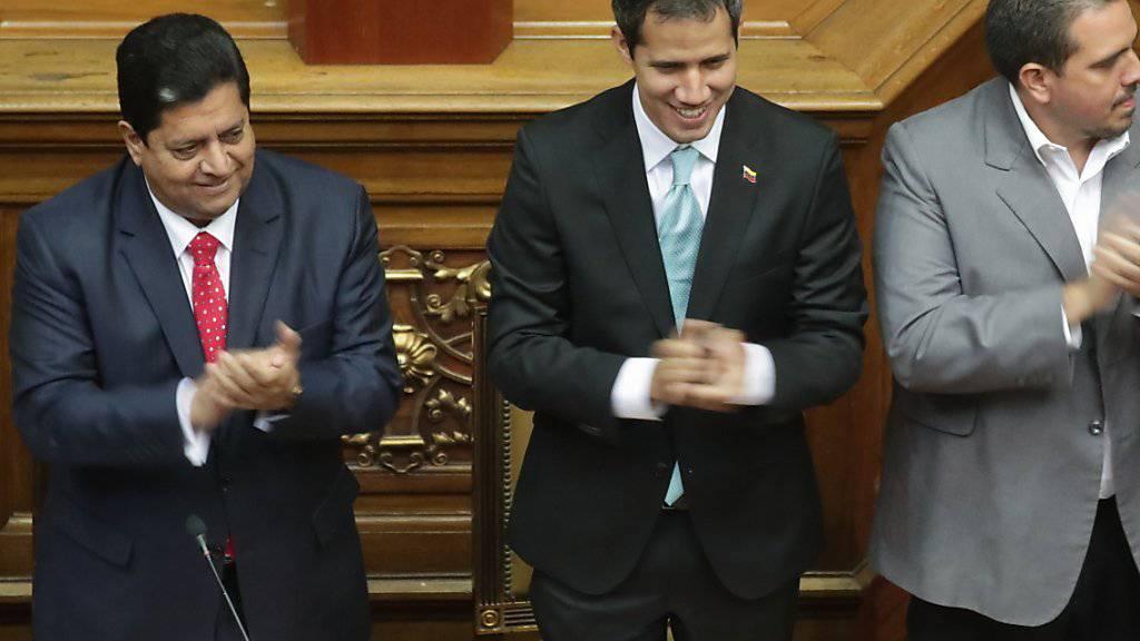Der Vizepräsident der venezolanischen Nationalversammlung, Edgar Zambrano (links), ist am Mittwoch (Ortszeit) vom örtlichen Geheimdienst festgesetzt worden. (Archivbild)
