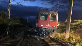 Ein Güterzug hat am frühen Morgen zwischen Altendorf und Pfäffikon ein Auto erfasst.