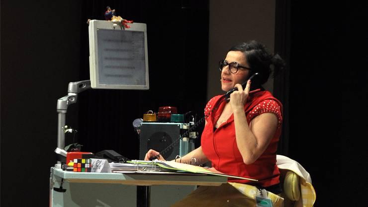 Betty Böhni am Telefon: Die Sekretärin auf Arbeitssuche macht einen vielbeschäftigten Eindruck.