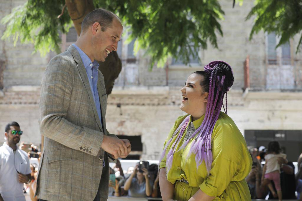 Sängerin Netta trifft Prinz Harry in Tel Aviv im Juni 2018. (© Keystone)