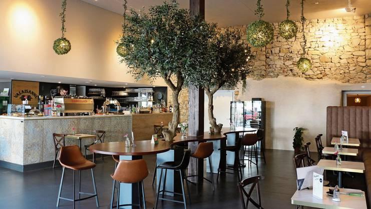 Inmitten des «Fiori»-Gastraums stehen Olivenbäume und tragen zu mediterranem Flair bei. Die «Dreiklang»-Profile beim Haus 6, das rückgebaut wird.