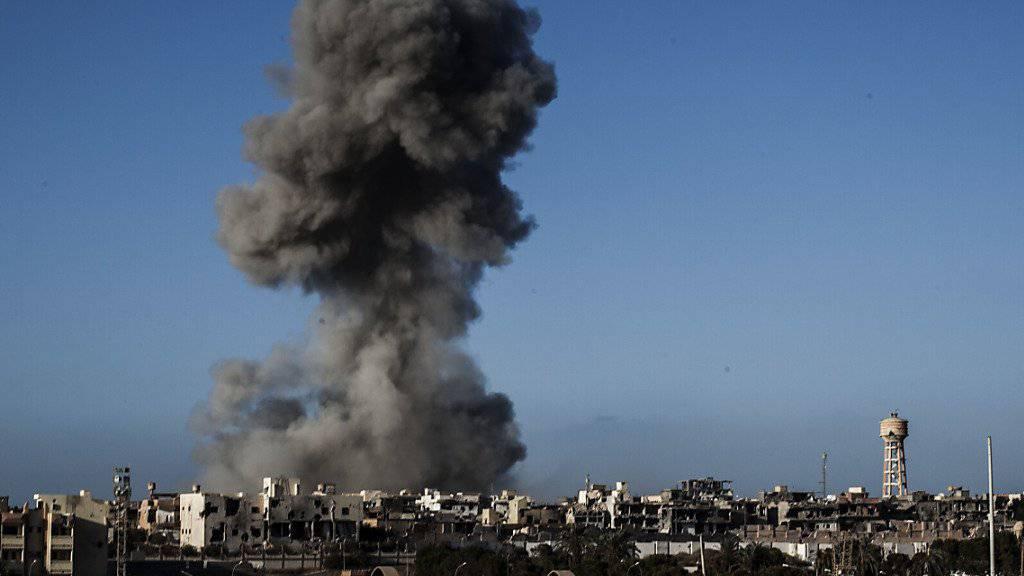 Eine Rauchsäule nach einem Luftangriff auf die libysche Stadt Sirte. (Archiv)