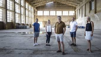 Harri Kunz (Mitte) an seiner neuen Wirkungsstätte in der Kiesofenhalle Attisholz Nord. Mit dabei in seiner neuen Firma sind (von links): Reto Emmenegger, Lena Emch, Jürg Müller und Gaby Emch.