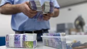 Der Mann verliess die Bank mit mehreren tausend Franken. (Symbolbild)